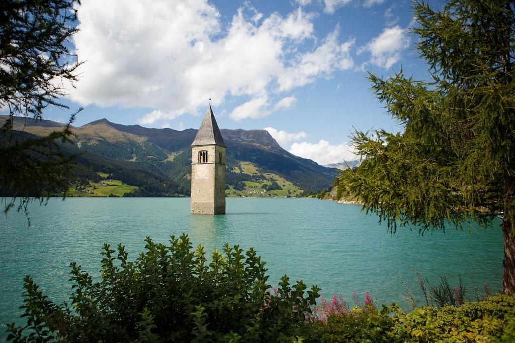 Immagine che contiene acqua, esterni, lago, edificio  Descrizione generata automaticamente